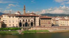Vista aerea della passeggiata della città di Firenze, del fiume di Arno e della cattedrale del video del fuco di Santa Maria del  archivi video