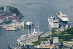 Vista aerea della porta di Bergen con le navi da crociera messe in bacino Fotografia Stock Libera da Diritti