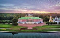 Vista aerea della proprietà terriera di Kuskovo su alba a Mosca immagini stock
