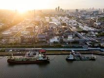 Vista aerea della raffineria di petrolio vicino a porta internazionale alla notte Ri fotografia stock