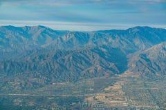 Vista aerea della regione montana, Rancho Cucamonga, vista dal sedile di finestra i fotografie stock libere da diritti