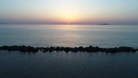 Vista aerea della ritirata dell'oceano calmo al tramonto archivi video