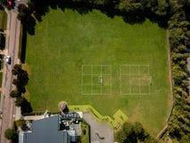 Vista aerea della sede di sport con il grandi campo e campo da calcio di erba piacevoli Ipswich, Regno Unito fotografia stock libera da diritti