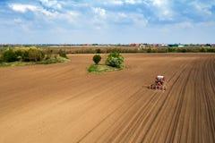 Vista aerea della semina del trattore e del cereale di piantatura nel campo immagine stock libera da diritti