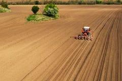 Vista aerea della semina del trattore e del cereale di piantatura nel campo fotografia stock