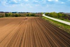 Vista aerea della semina del trattore e del cereale di piantatura nel campo fotografia stock libera da diritti