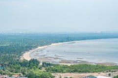 Vista aerea della spiaggia con la riva della curva Fotografie Stock
