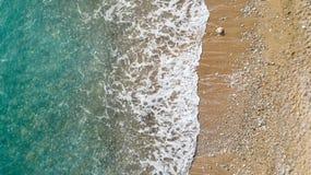 Vista aerea della spiaggia con le onde di oceano che raggiungono riva Bella acqua del turchese fotografie stock libere da diritti