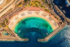 Vista aerea della spiaggia di Amadores sull'isola di Gran Canaria in Spagna fotografie stock