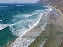 Vista aerea della spiaggia di Famara, Lanzarote, isole Canarie, Spagna Risco di Famara, sollievo, montagne che trascurano l'Ocean immagine stock