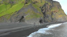 Vista aerea della spiaggia di sabbia nera archivi video