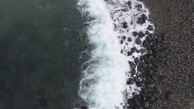 Vista aerea della spiaggia e del mare La struttura di superficie di ciclaggio dell'oceano, mare di vista superiore ondeggia il mo stock footage