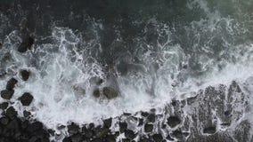 Vista aerea della spiaggia e del mare La struttura di superficie di ciclaggio dell'oceano, mare di vista superiore ondeggia il mo video d archivio