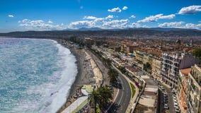 Vista aerea della spiaggia e del mare pubblici con le onde spumose che rotolano sulla costa, timelapse stock footage