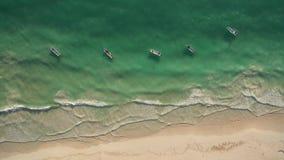 Vista aerea della spiaggia e delle barche archivi video