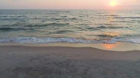 Vista aerea della spiaggia sabbiosa al tramonto stock footage