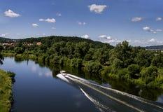 Vista aerea della sponda del fiume e della barca molto ad alta velocità su un pomeriggio di estate Immagine Stock