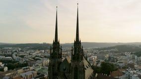 Vista aerea della st Peter And St Paul della cattedrale a Brno, repubblica Ceca, Europa archivi video