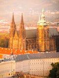 Vista aerea della st Vitus Cathedral e castello a Praga dalla torre di osservazione della collina di Petrin in repubblica Ceca Fotografia Stock