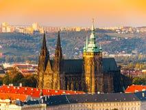 Vista aerea della st Vitus Cathedral e castello a Praga dalla torre di osservazione della collina di Petrin in repubblica Ceca Immagini Stock