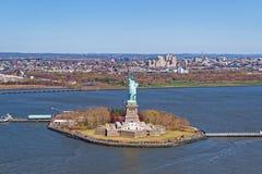Vista aerea della statua della libertà con Brookyn del centro in Th Fotografie Stock Libere da Diritti