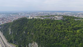 Vista aerea della statua di libertà alla collina di Gellert a Budapest stock footage
