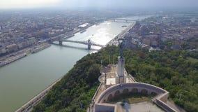 Vista aerea della statua di libertà alla collina di Gellert a Budapest archivi video