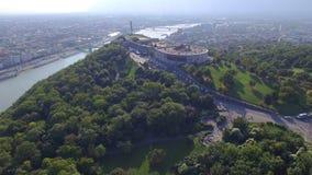 Vista aerea della statua di libertà alla collina di Gellert a Budapest video d archivio