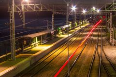 Vista aerea della stazione ferroviaria al crepuscolo Immagine Stock Libera da Diritti