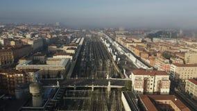 Vista aerea della stazione ferroviaria all'interno di paesaggio urbano, Italia di Centrale di Bologna video d archivio