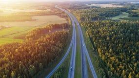 Vista aerea della strada attraverso la campagna ed il campo coltivato immagine stock libera da diritti