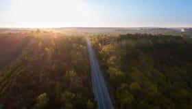 Vista aerea della strada attraverso la foresta di caduta immagini stock libere da diritti