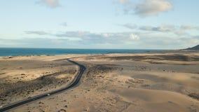 Vista aerea della strada del deserto stock footage