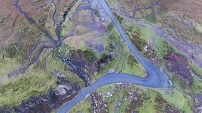 Vista aerea della strada del passo di montagna di Quiraing durante l'alba sul fronte orientale del Na Suiramach, isola di Meall d archivi video