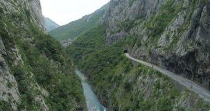 Vista aerea della strada nel canyon del fiume Moraca stock footage