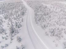Vista aerea della strada nella foresta della neve di inverno in Finlandia immagine stock libera da diritti