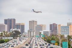 Vista aerea della strada principale, atterraggio di aeroplano unito di linea aerea e immagine stock