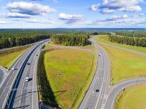 Vista aerea della strada principale in città Automobili che attraversano il passaggio di scambio Scambio della strada principale  immagini stock libere da diritti