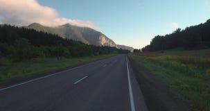 Vista aerea della strada principale con il paesaggio della montagna foschia di mattina sopra le montagne 4K archivi video