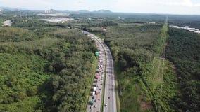 Vista aerea della strada principale congestionata in 4K video d archivio