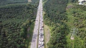 Vista aerea della strada principale congestionata in 4K archivi video