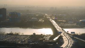 Vista aerea della strada principale multipla e del traffico del vicolo Vista aerea del lago e del ponte calmi, paesaggio urbano m Immagine Stock Libera da Diritti