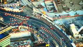 Vista aerea della strada trasversale occupata con le automobili commoventi nell'area della costruzione Hon Kong video d archivio