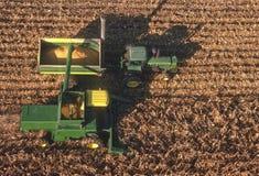 Vista aerea della strumentazione dell'azienda agricola nel campo di cereale Fotografia Stock Libera da Diritti