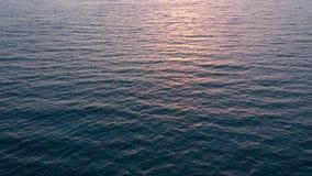 Vista aerea della superficie dell'Oceano Atlantico che riflette la luce del sole al tramonto video d archivio
