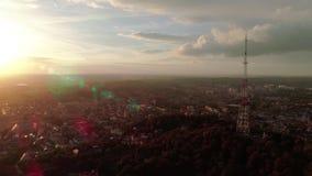 Vista aerea della torre di antenna della TV al tramonto archivi video