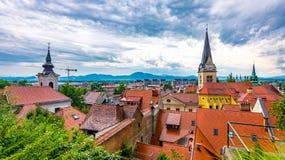 Vista aerea della torre di chiesa di Transferrina Panorama della città con la bella chiesa storica Le montagne slovene nei preced immagine stock