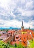 Vista aerea della torre di chiesa di Transferrina Panorama della città con la bella chiesa storica Le montagne slovene nei preced fotografia stock libera da diritti