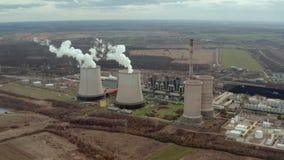 Vista aerea della torre di raffreddamento della centrale elettrica video d archivio