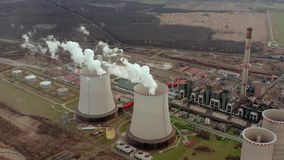 Vista aerea della torre di raffreddamento della centrale elettrica archivi video